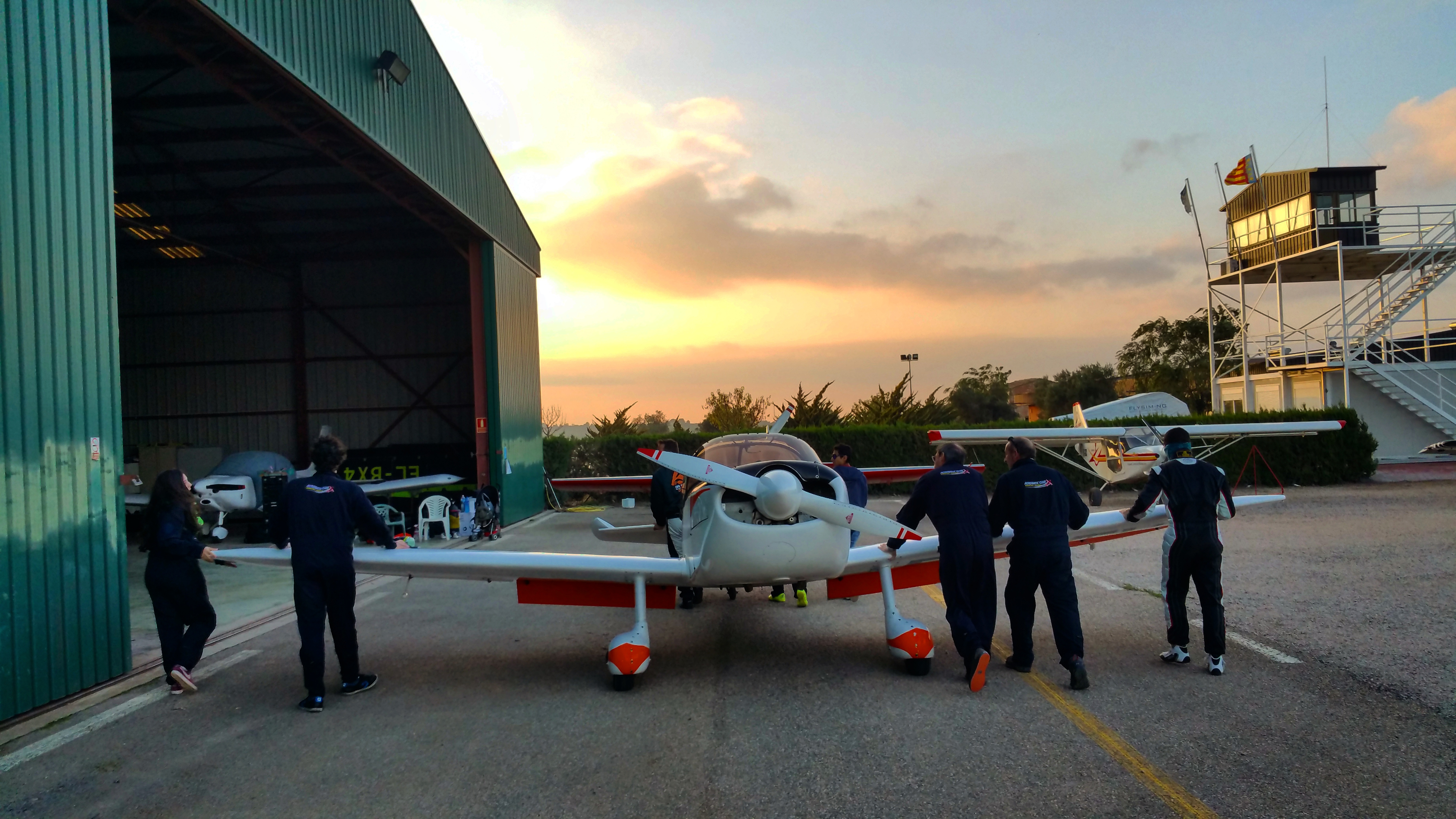 guardando-los-aviones-en-equipo